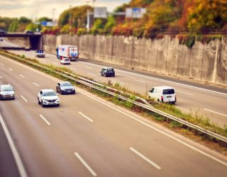 De middelvinger voor bestuurders die op de middelste rijbaan blijven rijden