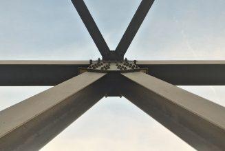 Er wordt gedacht dat een zwaar beladen vrachtwagen de brug van Genua heeft laten instorten