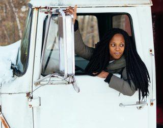 Vrouwelijke vrachtwagenchauffeurs – op een weg en app bij je in de buurt