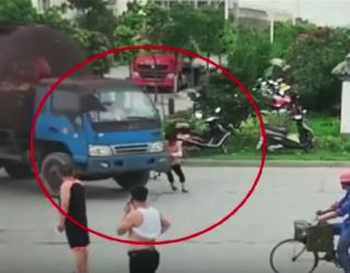 Het bizarre moment waarop een vrouw een vrachtwagenchauffeur probeert op te lichten