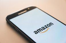 Amazon vrachtwagen verliest bij harde wind de controle