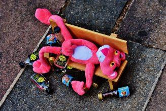 Bestuurder zo dronken dat hij uit zijn cabine op de snelweg viel